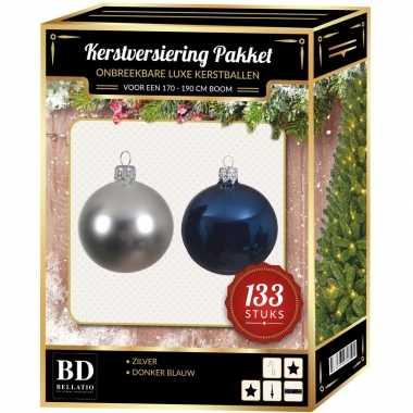 Kerstboom 133 stuks kerstballen mix zilver-donkerblauw voor 180 cm boom versiering