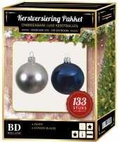 Kerstboom 133 stuks kerstballen mix zilver donkerblauw voor 180 cm boom versiering
