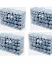 Kerstboom 4x pakket met 100x zilveren kunststof kerstballen 3 4 en 6 cm versiering