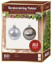 Kerstboom kerstballen en piek set kunststof 163 dlg 210 cm boom zilver wit versiering